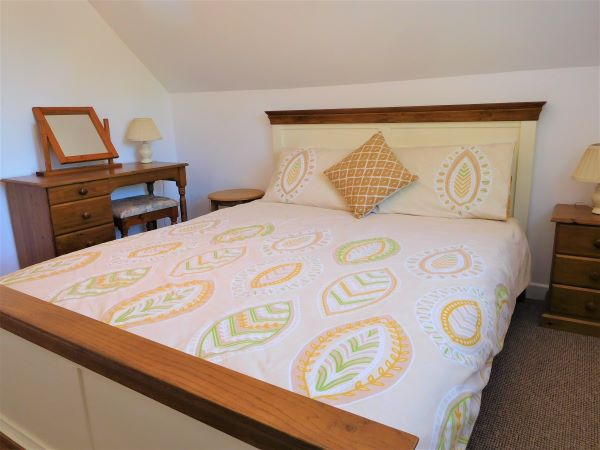 Kingsize bed in Stable Cottage